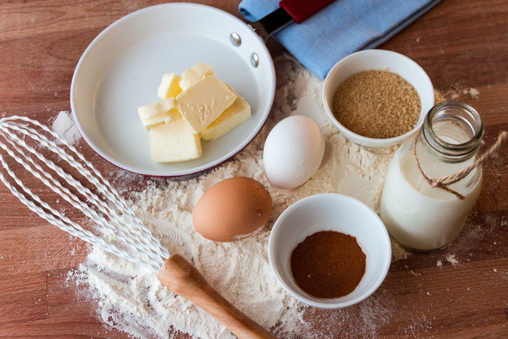 Crostoli tortelli ripieni per il carnevale adriese- Frustino uova e burro con padella