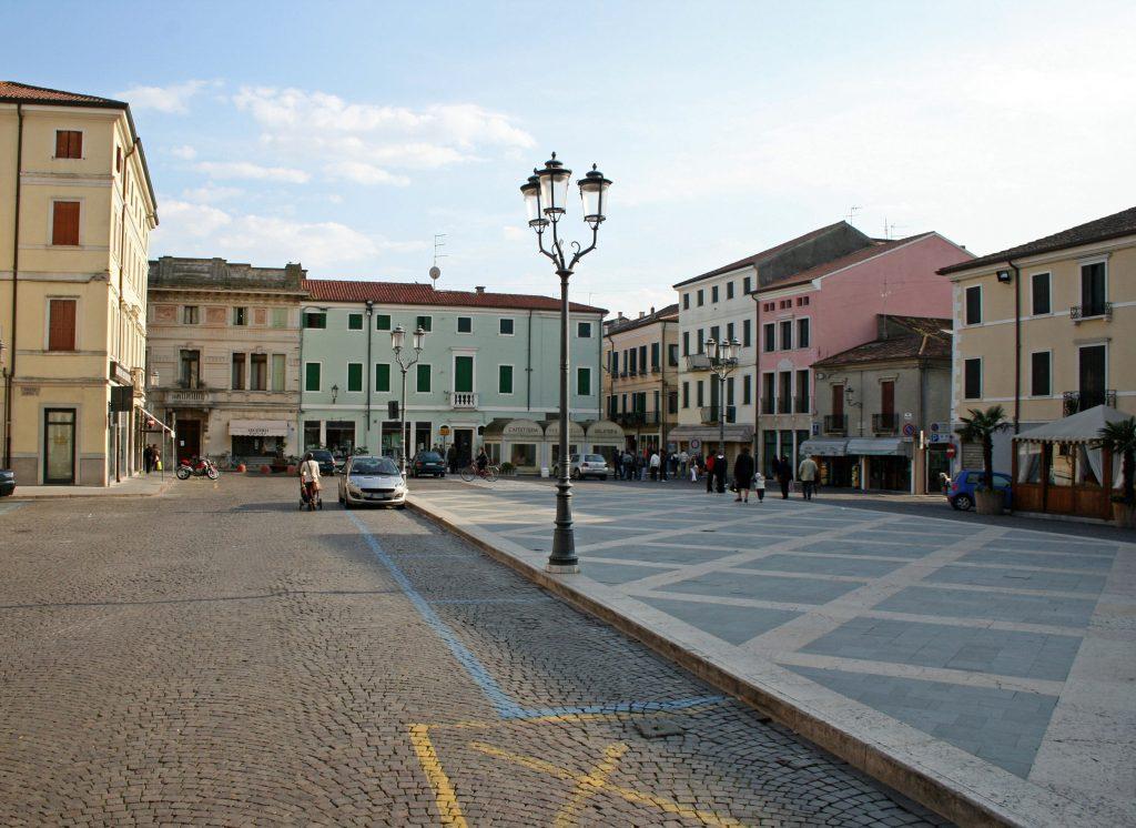 Adria attraversa indenne tre secoli di storia-Piazza Castello