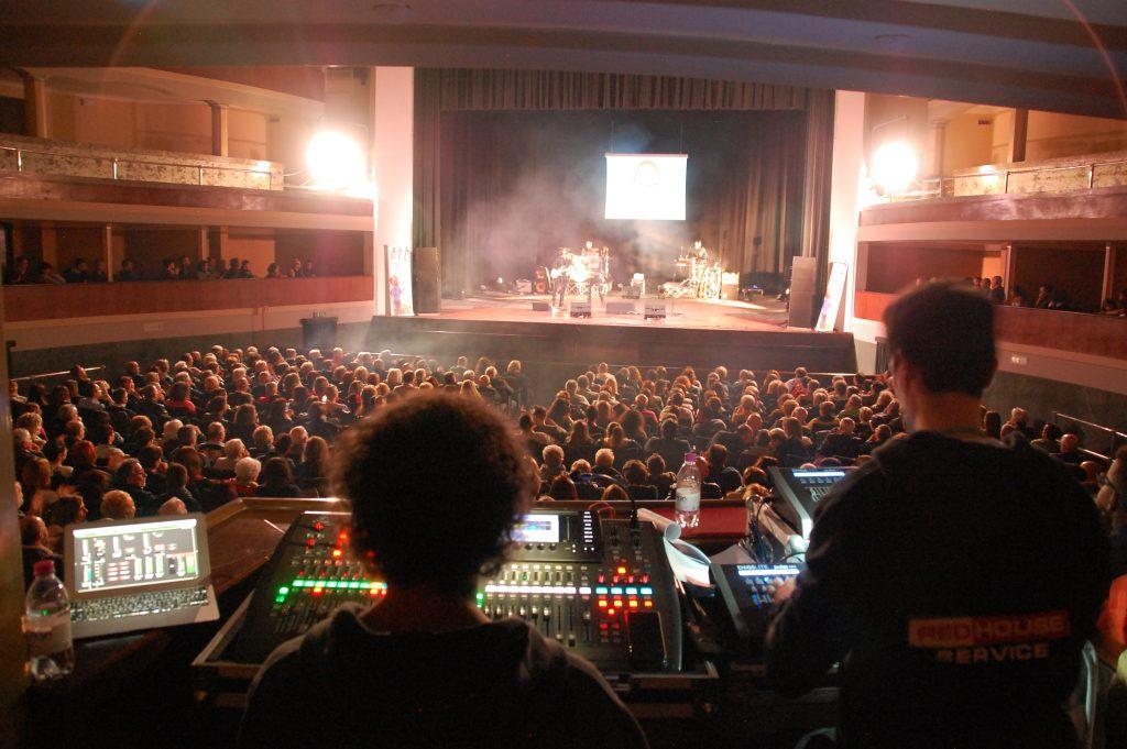 Adria tante persone al comunale per la ricerca è felicità-Il teatro gremito