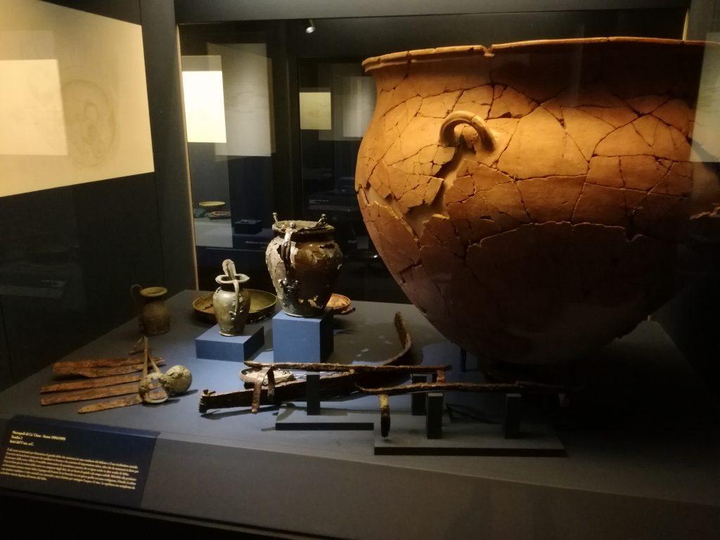 Adria idrografia età del bronzo- Vetrinetta Con Reperti Archeologici