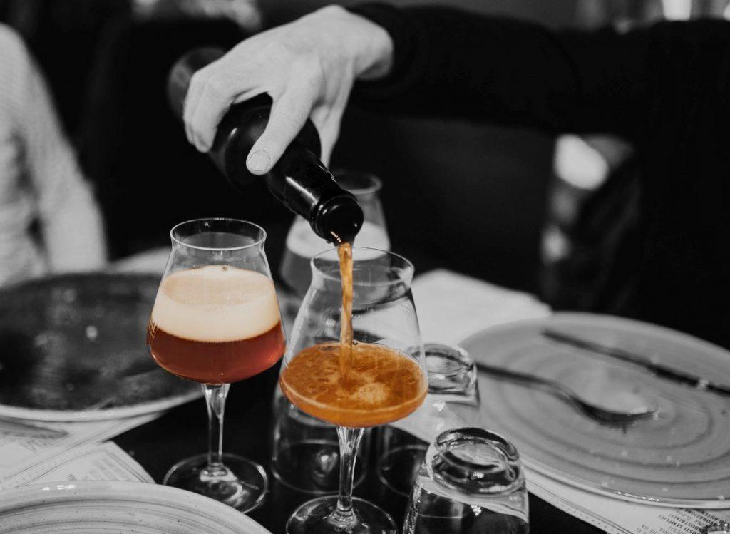 Birra e salumi polesani - foto in bianco e nero con due calici di birra