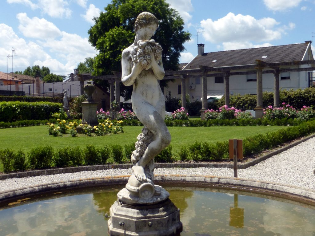 gaetano Samoggia - statua in marmo bianco al centro della fontana dei giardini Scarpari