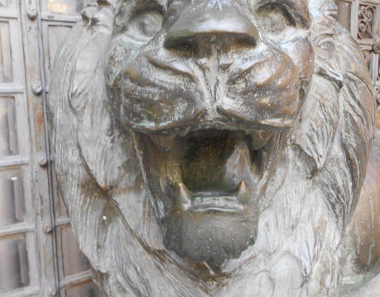particolare di uno dei due leoni ruggenti posto davanti al Monumento ai caduti