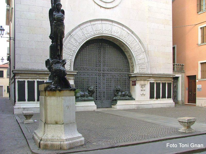 Gaetano Samoggia - facciata del Monumento ai caduti con in primo piano pilo portabandiera con vittoria alata