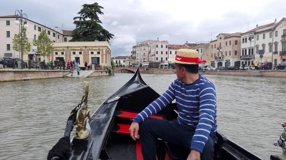 venezianità- gondola in canal bianco