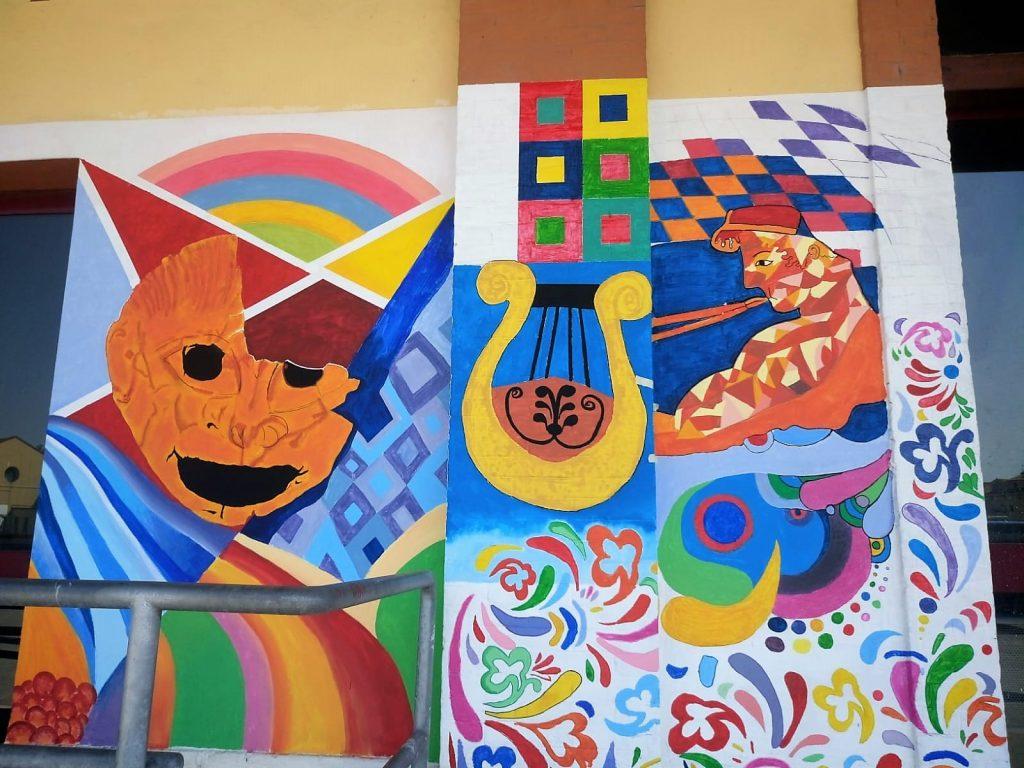 Murales - disegno molto colorato con in primo piano una cetra