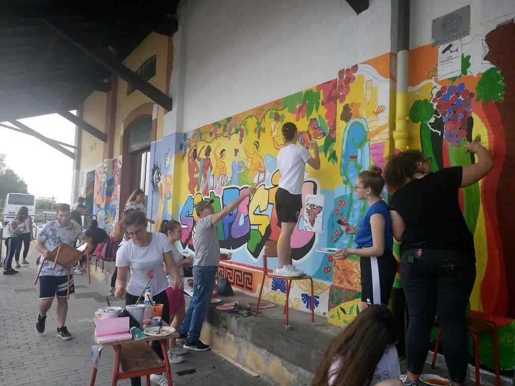 Murales - studenti intenti a colorare