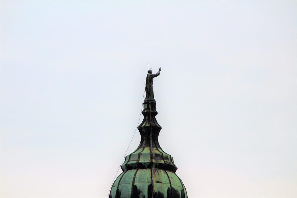 La statua di San Pietro sul Campanile della Cattedrale