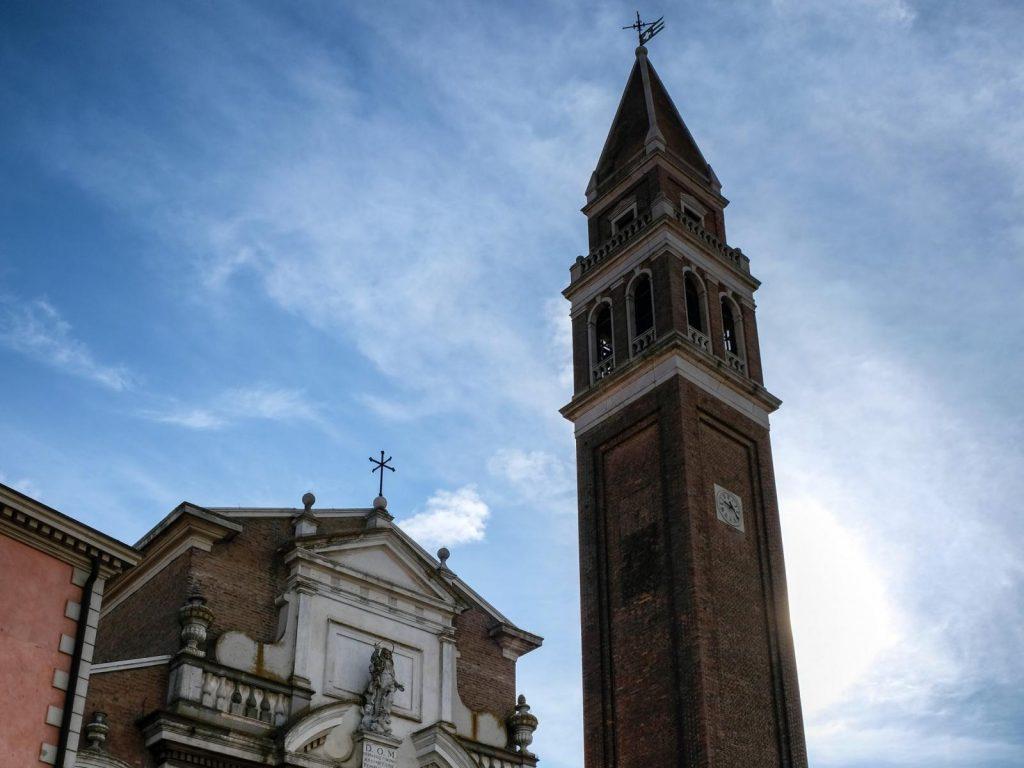 Mi chiamo Giacinto Facciata e campanile della basilica della Tomba di Adria
