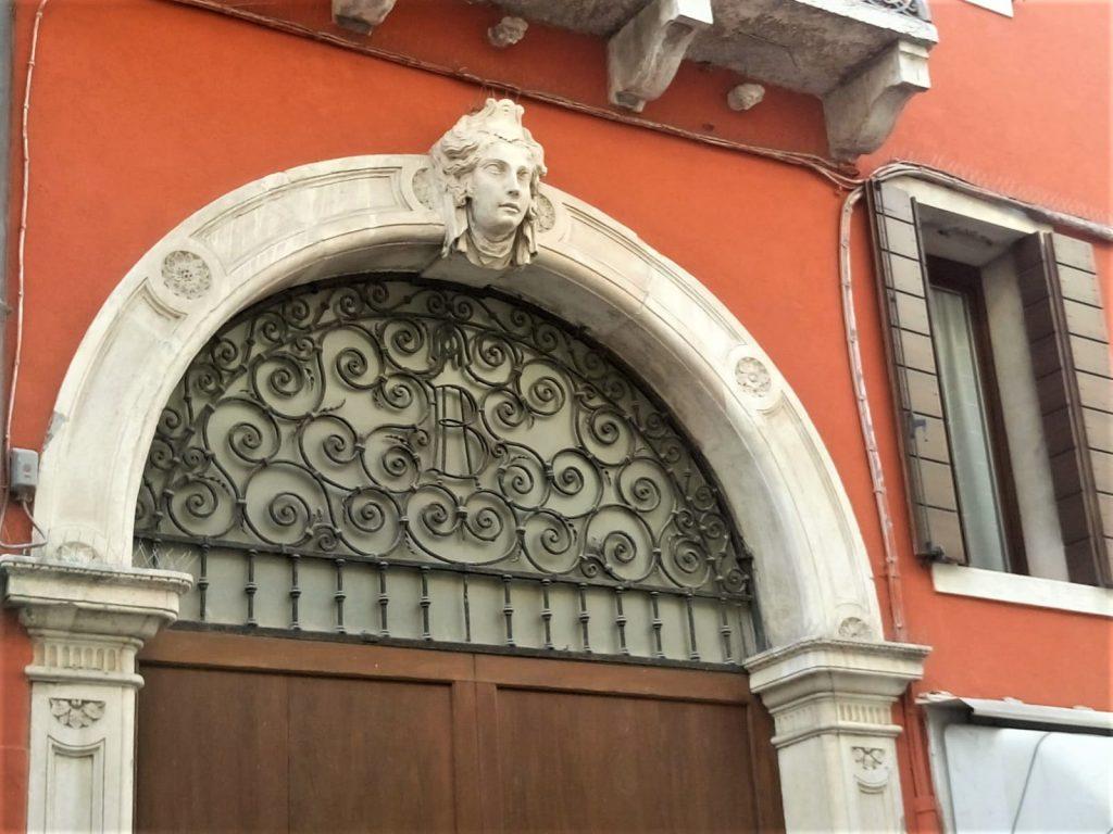 Palazzi e nobiltà - portone ingresso palazzo Bocchi