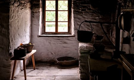 Interno di una cucina rustica di campagna nel periodo autunnale.