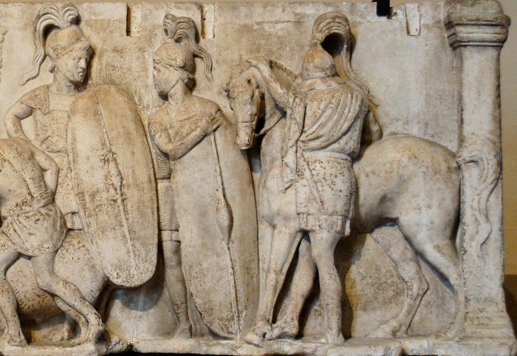 Il territorio del municipio adriese - Altare rappresentante legionari romani di epoca repubblicana -  Foto Wikypedia