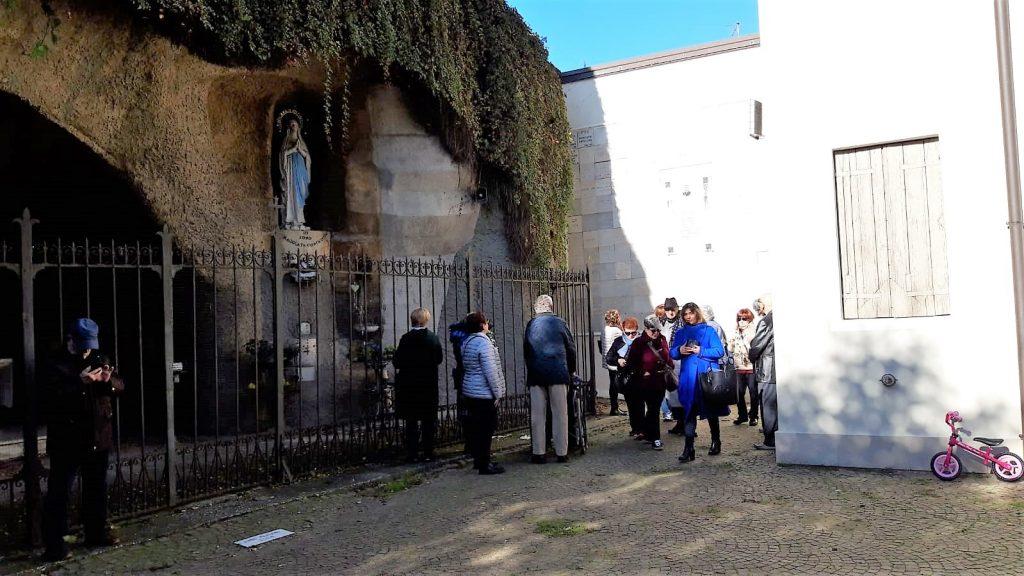 Volontari del turismo - gruppo nella Grotta di Lourdes di Adria