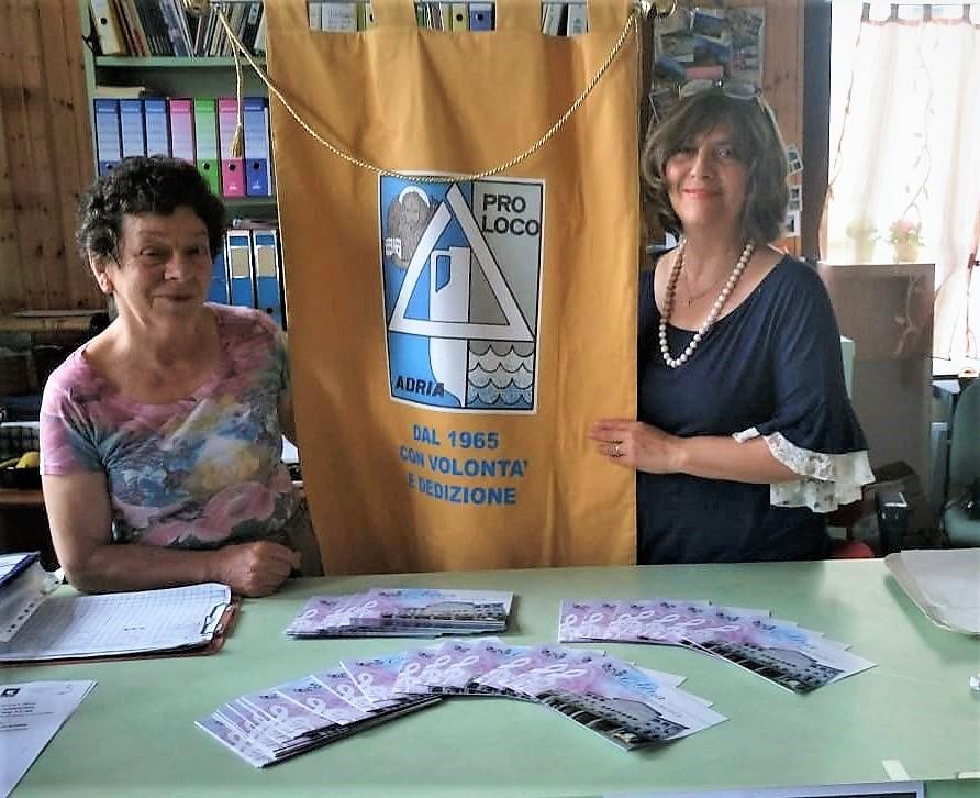 Volontari del turismo - due volontari con labaro della Pro Loco