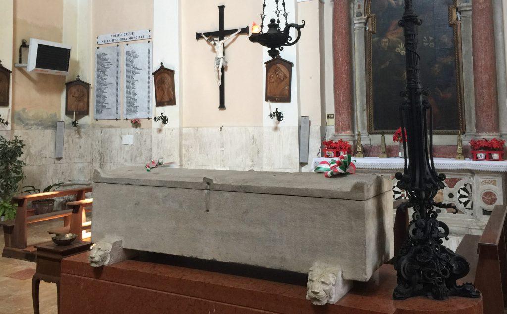 L'organizzazione del municipio di Adria.  Sarcofago Romano Conservato Allinterno Della Chiesa Di San Nicola Da Tolentino.jpg