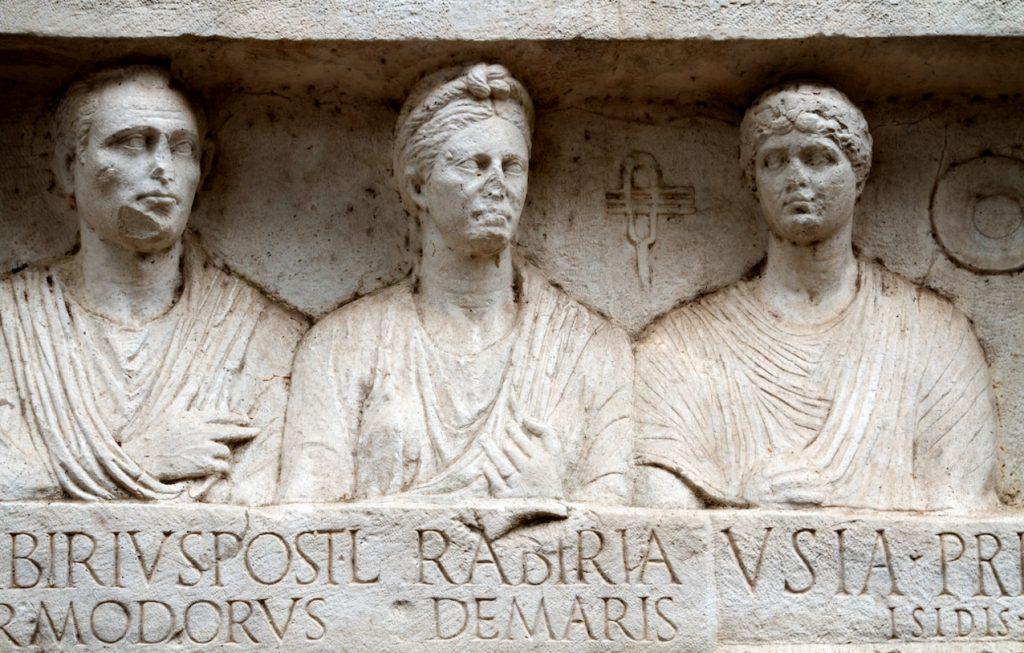 L'organizzazione del municipio di Adria - La Lapide Di Una Familia Romana Foto Capitolium