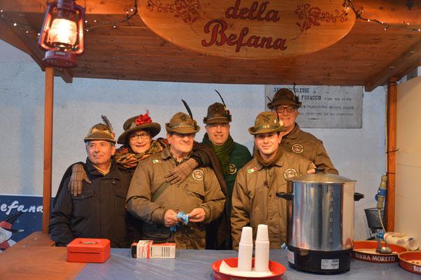 Gli Alpini Distribuiscono Il Vin Brulè