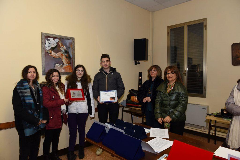 Premiazione Presepe Baricetta - i ragazzi ricevono targa e attestato