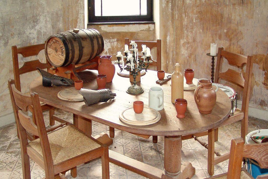 Tavola medievale con vino. Jpg