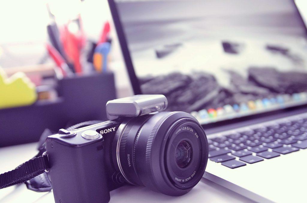 Macchina fotografica e computer