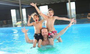 Come comportarsi in piscina - immagine di una Famiglia In Piscina