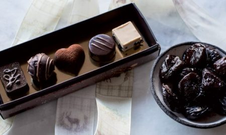 vassoio di cioccolatini alle prugna