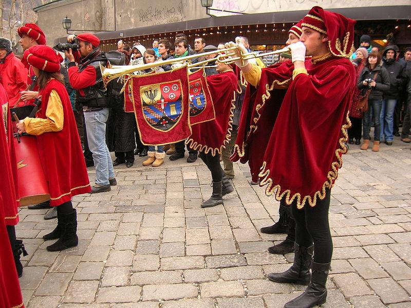 Suonatori in costume medievale per il carnevale