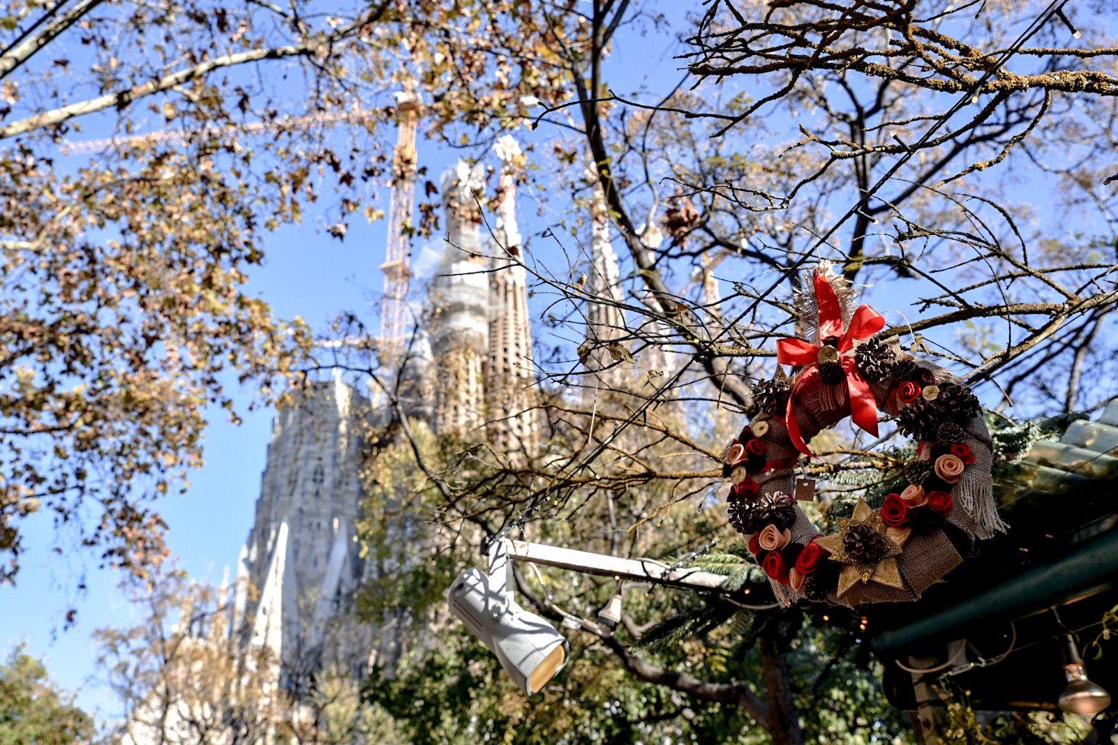 Scorcio suggestivo della Sagrada Familia con il mercatino natalizio