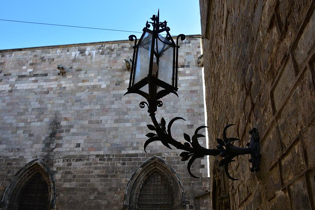 Casa de l'Ardiaca nel Barri Gòtic. Dettaglio di un lampione della casa.