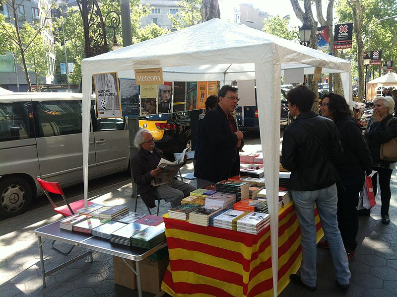 Bancarella di libri venduti per la festa di Sant Jordi
