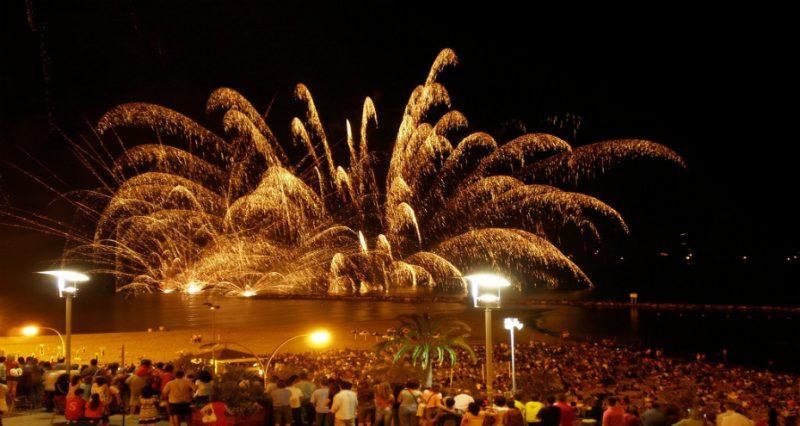 Barcellona in festa e fuochi d'artificio in spiaggia