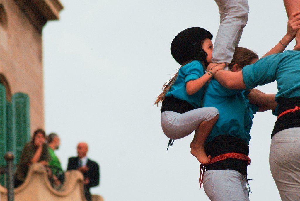 torri umane fatte anche da bambini che salgono in cima