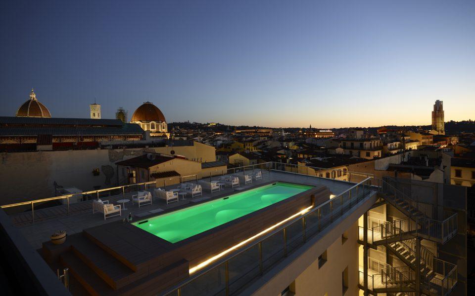 estate tra le terrazze-terrazza con piscina