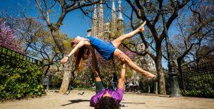dove fare yoga a barcellona-Yoga Davanti La Sagrada
