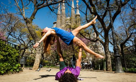 dove fare yoga a barcellona-Yoga Davanti La Sagrada