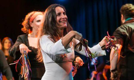 Cecilia Arenillas enseña danzas y música italiana en Argentina.