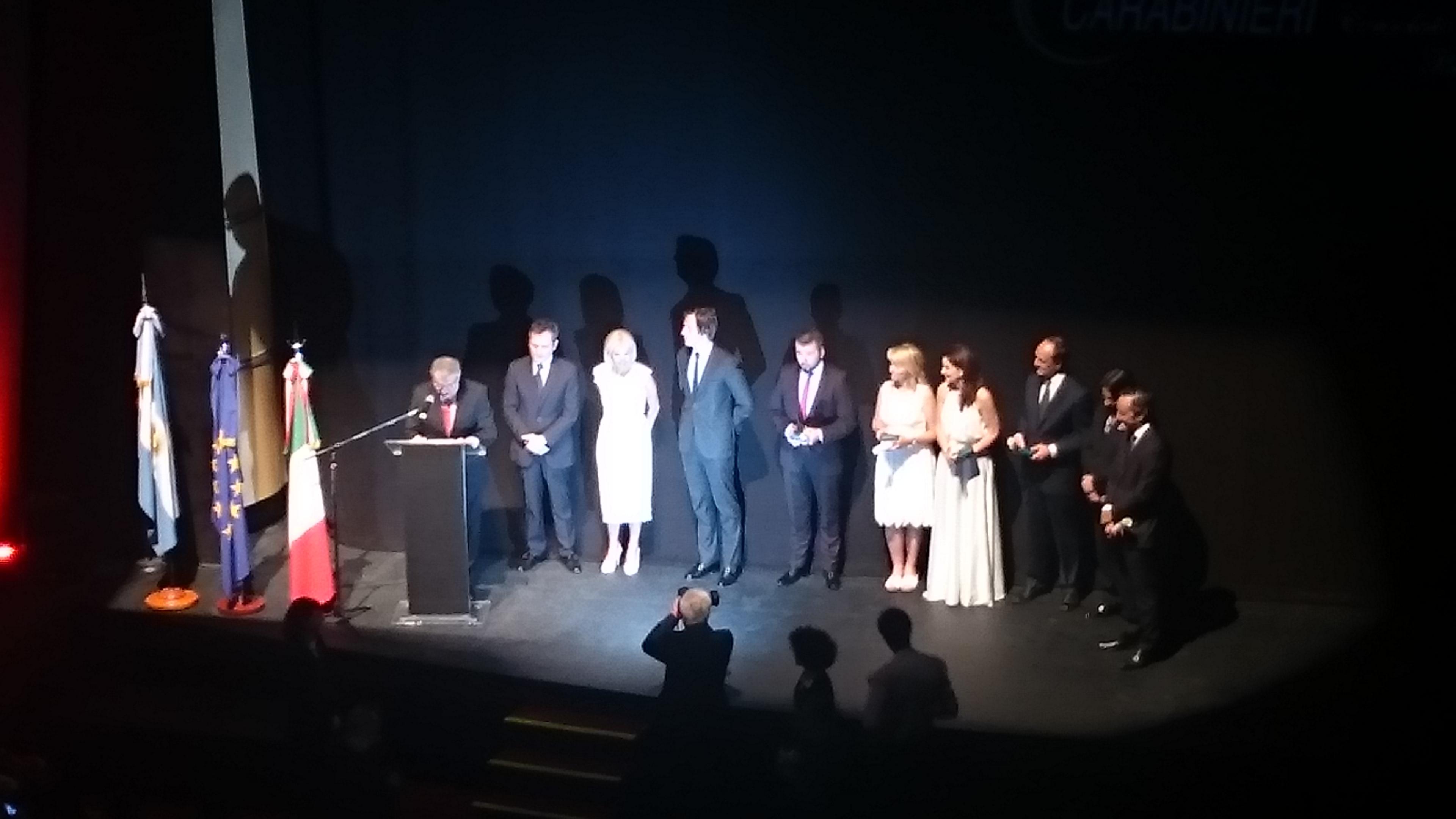 La ambasciatrice teresa Castaldo assieme ai premiati con l'Ordine della Stella d'Italia.