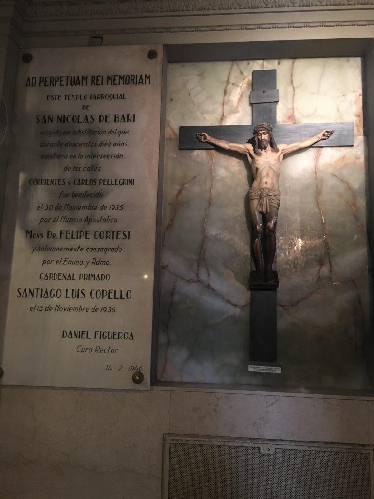 Lapide commemorativa all'interno della Basilica, nel quartiere di San Nicola.