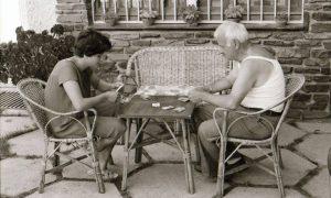 Nel tempo libero gli italiani giocavano a carte con i suoi paesani.