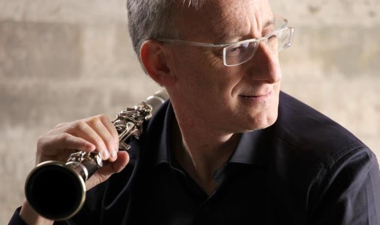 El famoso clarinetista que emociona a todos con sus melodías.