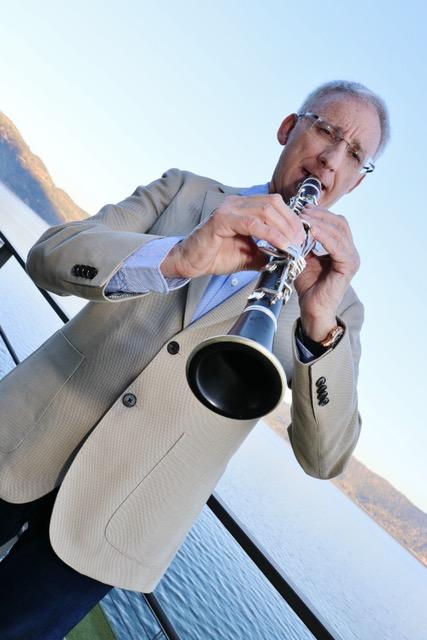 Su música es tipicamente italiana: valses, mazurcas y polcas, sobretodo, con instrumentos de viento.