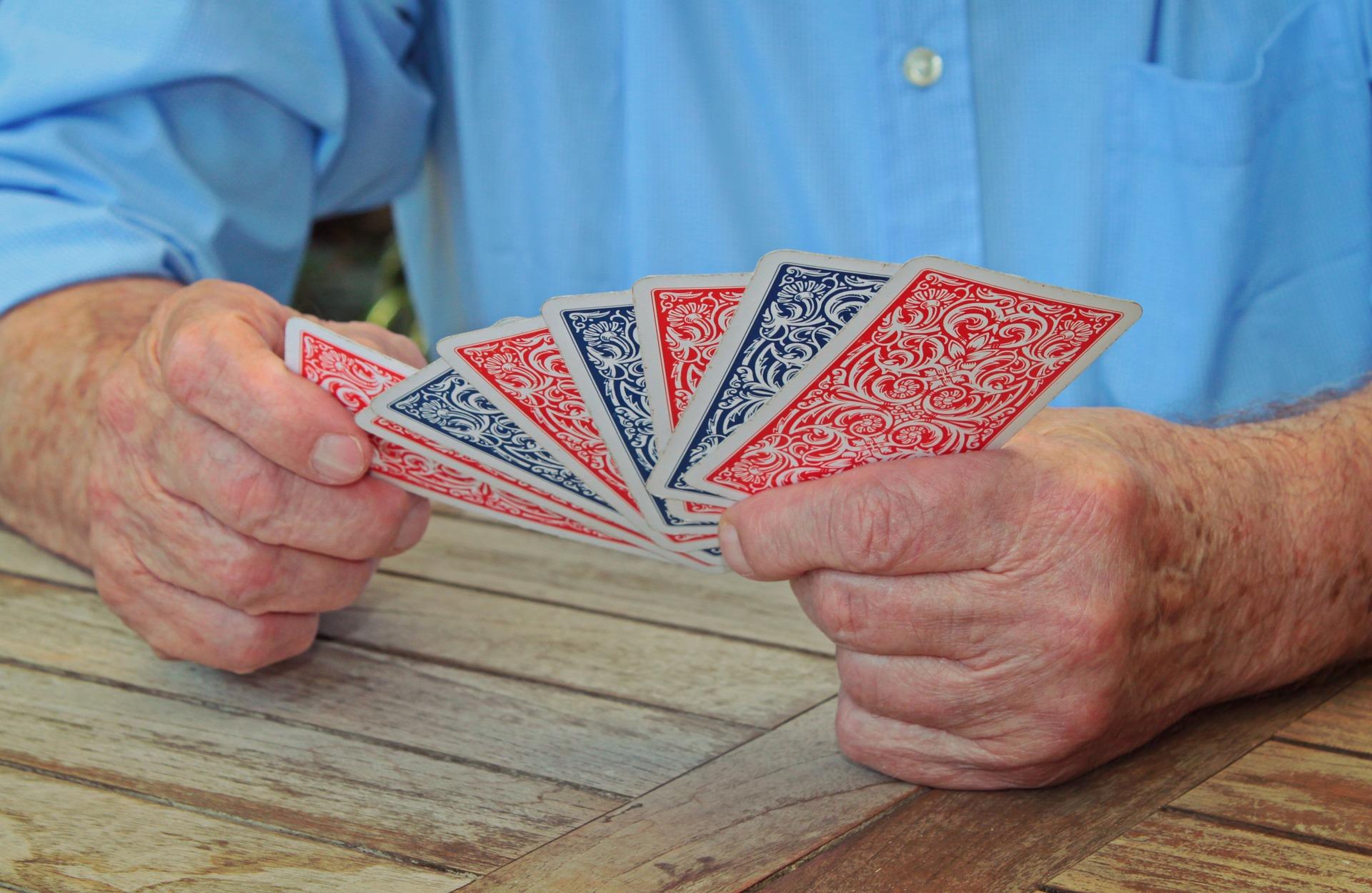 Gli italiani passavano una parte del loro tempo libero a giocare carte con i suoi paesani.