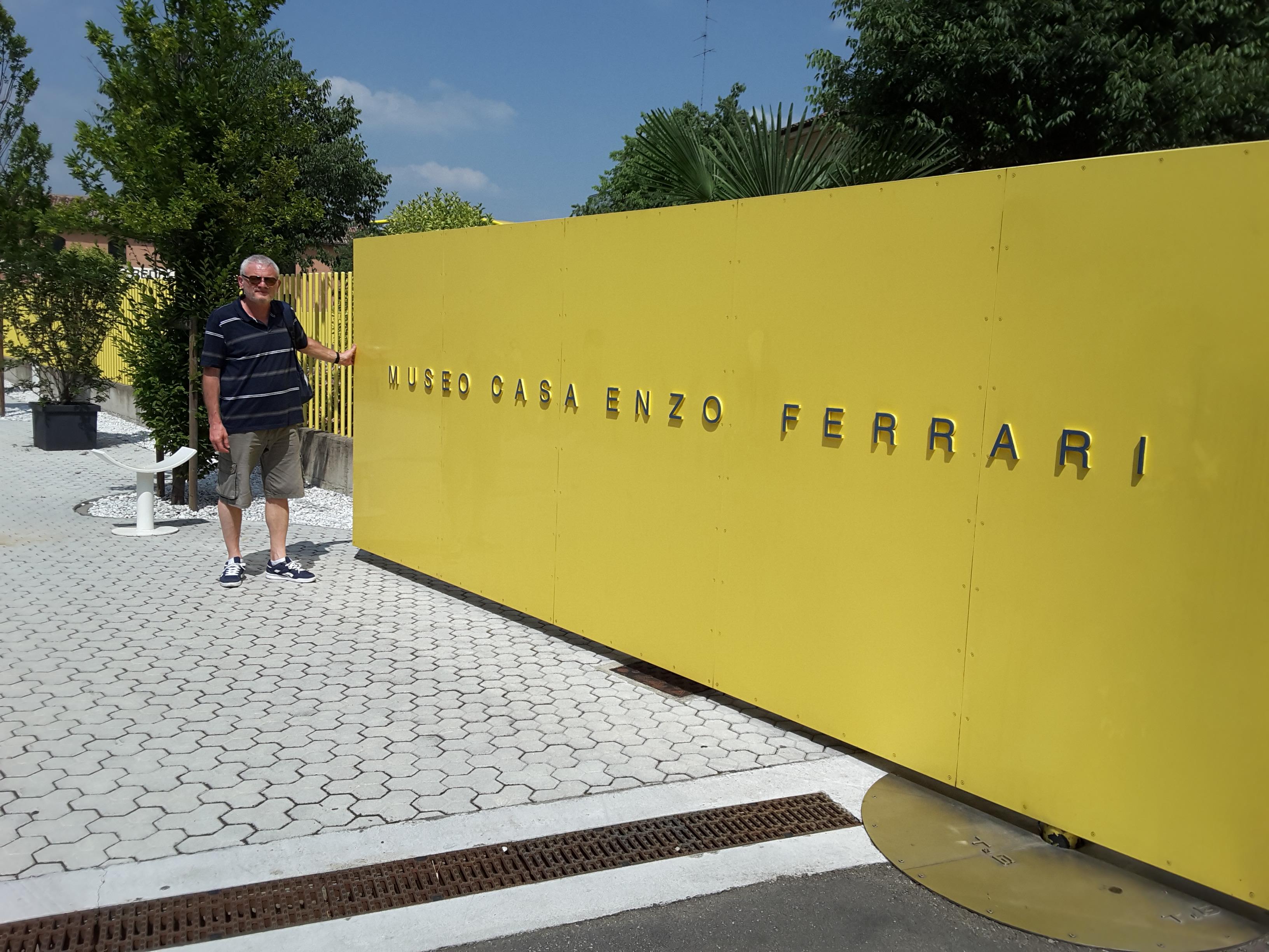 Nel Museo Enzo Ferrari, Italia. Intervista a Vicente D'Urso