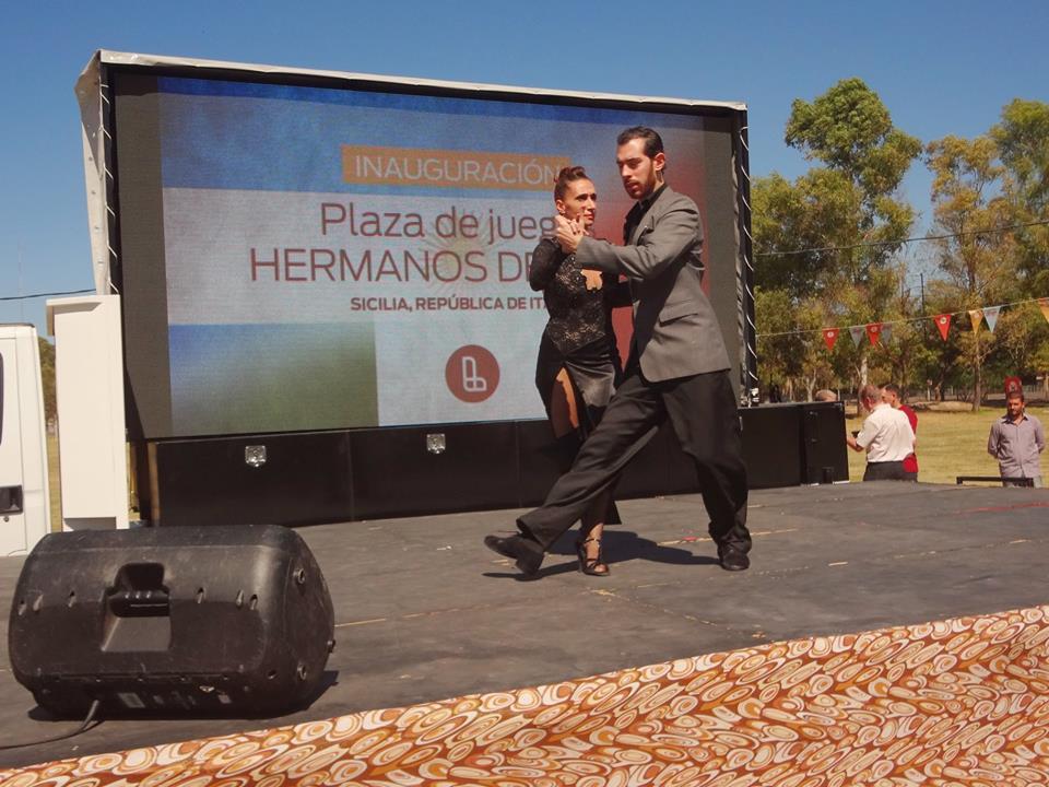 Pareja bailando tango durante la inauguración de la plaza Hermanos de Nizza en Lanús.