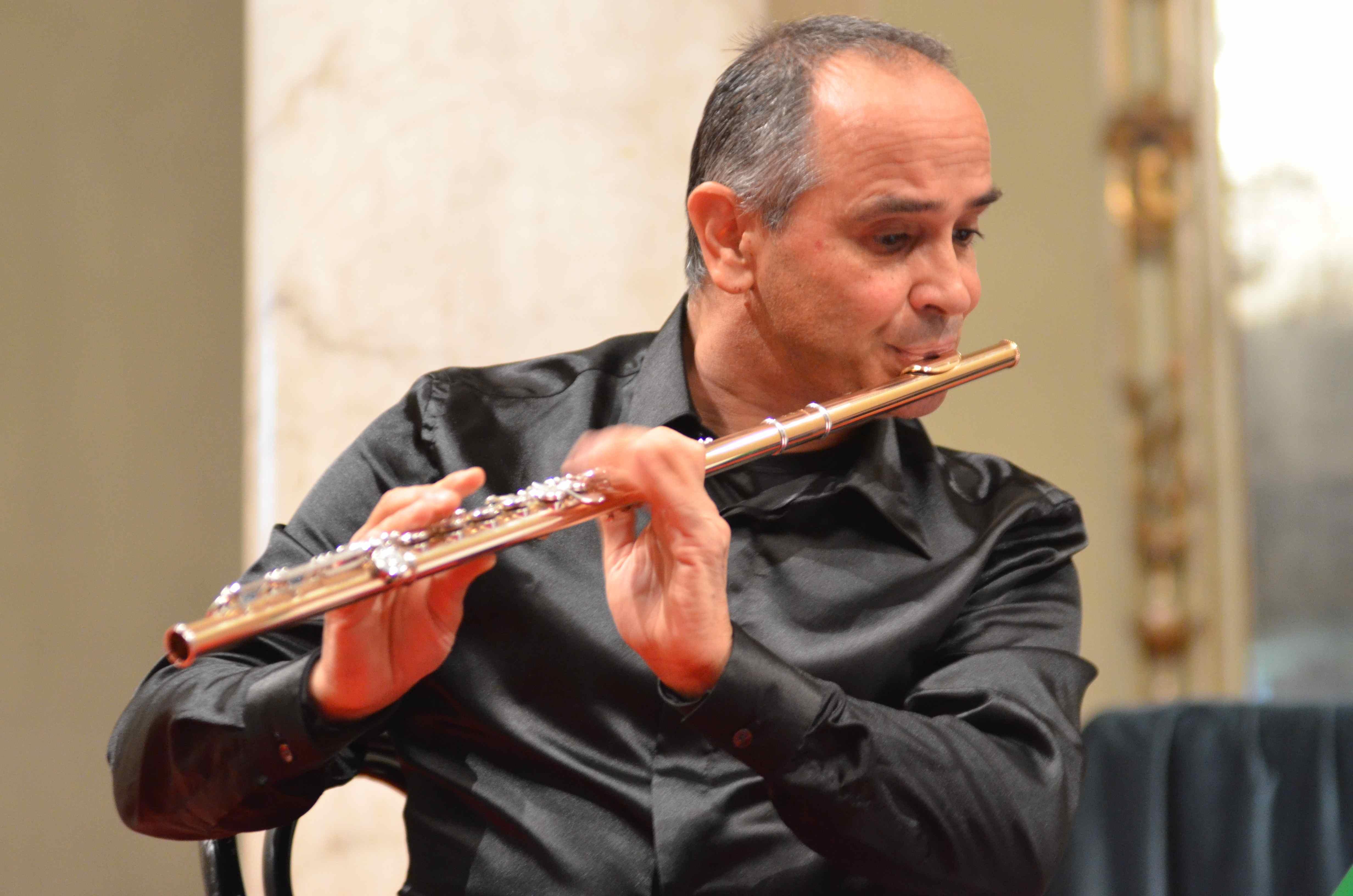 Ha iniziato a studiare il flauto a undici anni con Giovanni Gatti.