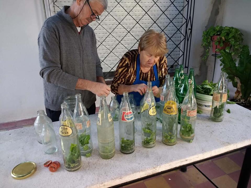 Preparado de las botellas para la salsa casera.