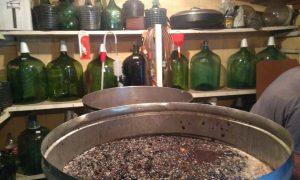 La tradición del vino hecho en casa.