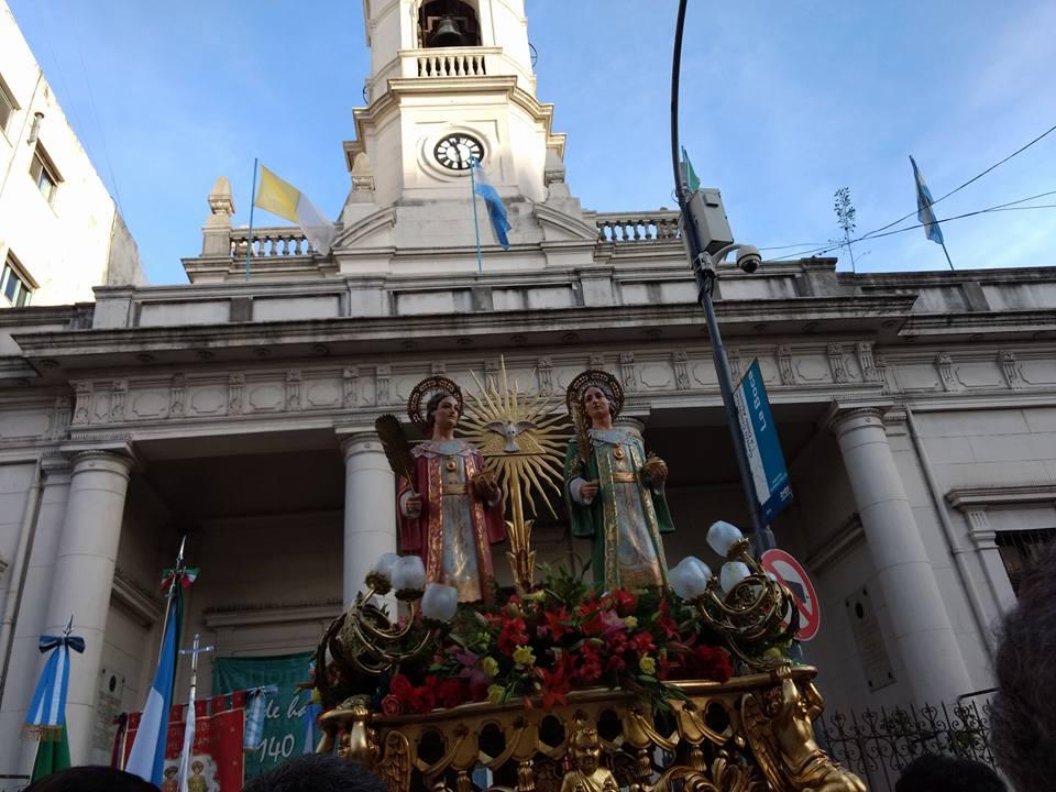 San Cosme y san Damián entrando a la Parroquia.
