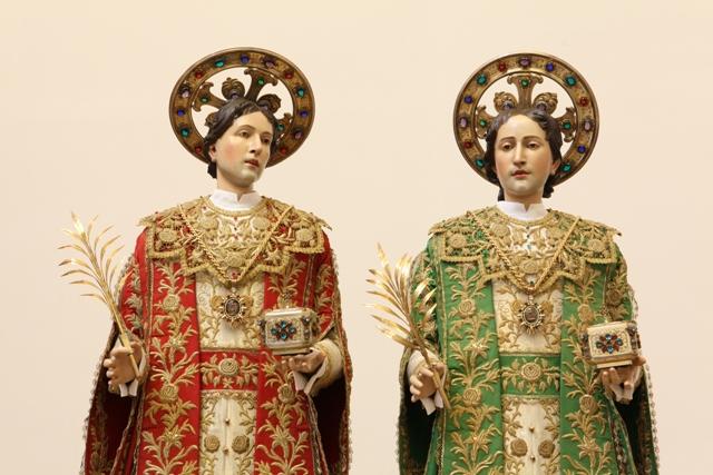 Imagenes de san Cosme y san Damián adornados para su fiesta.