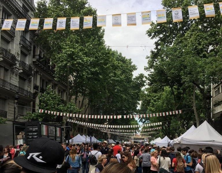 """Personas en el evento """"BUenos Aires celebra Italia"""", interesados por la gastronomía ofrecida."""
